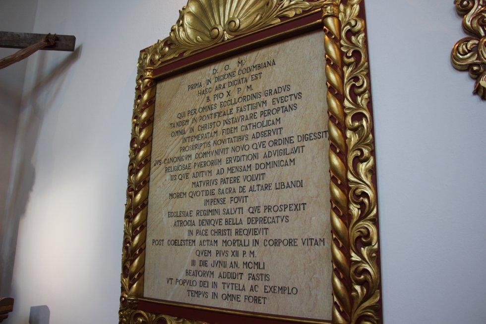 La placa conmemorativa que reseña el inicio de las relaciones diplomáticas entre Colombia y El Vaticano.