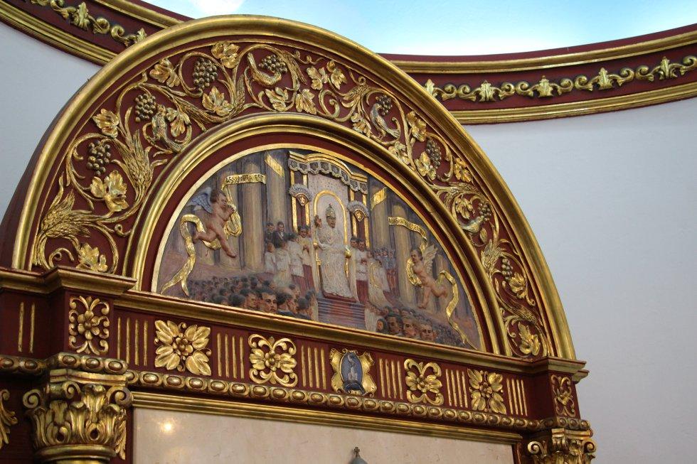 Detalles del altar de la capilla.
