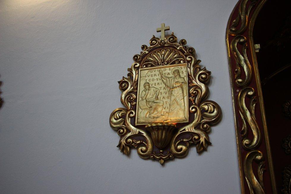Detalles de los cuadros del Viacrusis que adornan las paredes de la capilla de la Nunciatura.