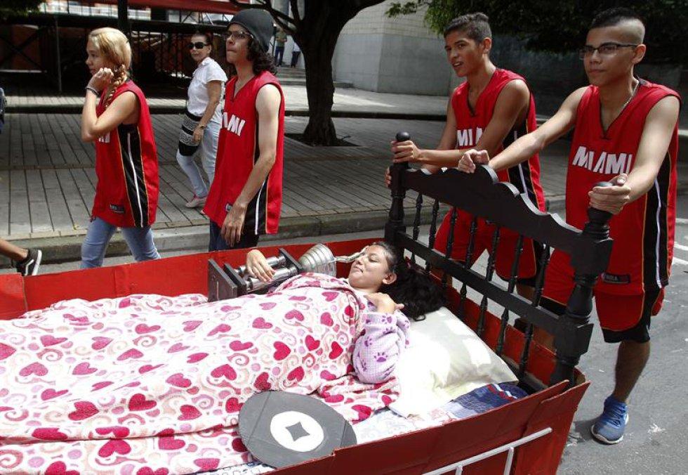 Se realiza un desfile de camas acompañado de presentaciones musicales, teatro y comedia.
