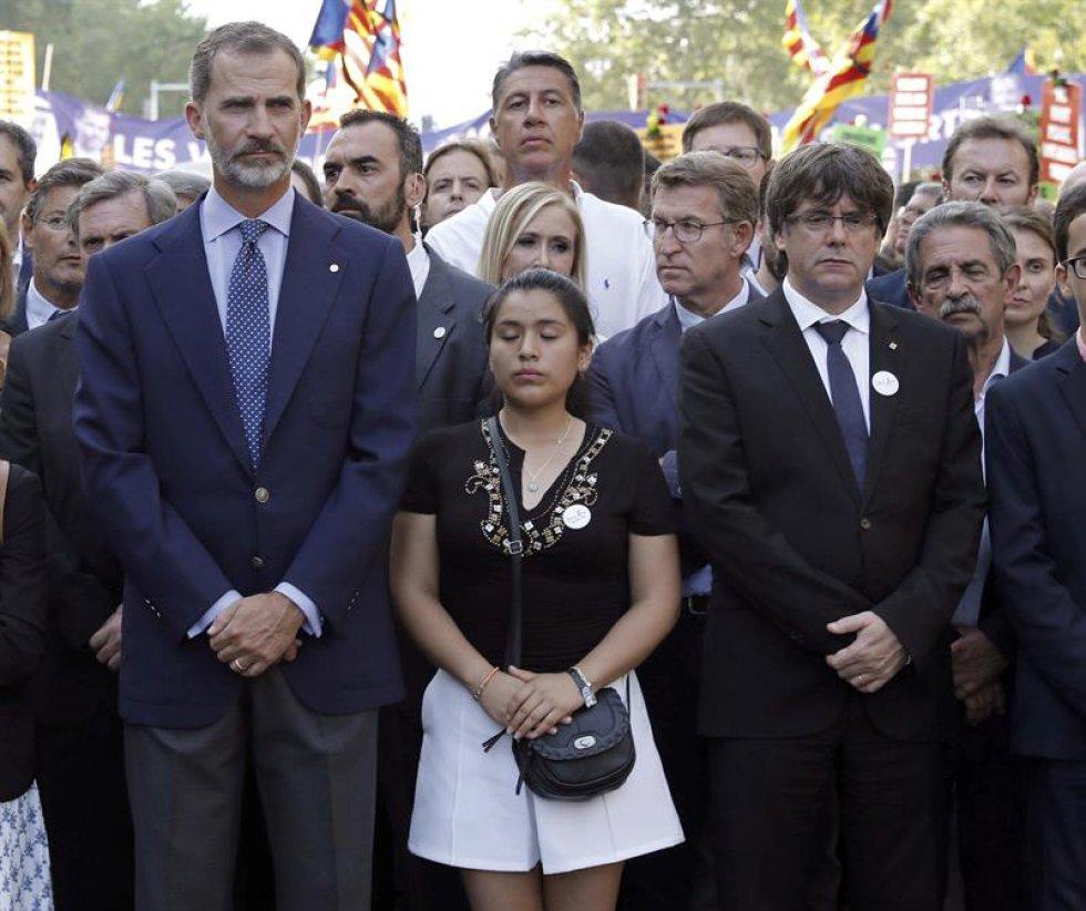 El rey Felipe junto al presidente de la Generalitat, Carles Puigdemont; el presidente de la junta, Alberto Núñez Feijoo, y de Cantabria, Miguel Angel Revilla.