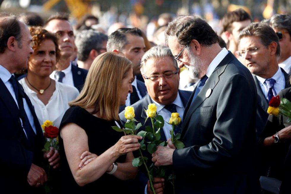 """La presidenta del Parlamento, Ana Pastor, y el ministro del Interior, Juan Ignacio Zoido, entre otros, asisten a una manifestación bajo el lema """"No tinc."""