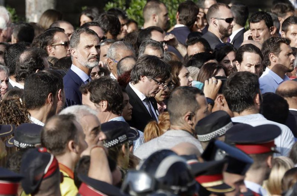 El rey Felipe VI y presidente catalán Carles Puigdemont, en la plaza Catalunya durante la manifestación.