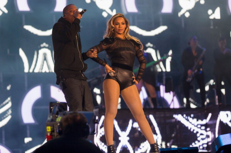 """Inmediatamente después de su lanzamiento, """"Beautiful Liar"""" alcanzó el número uno en la lista de ventas de ITunes Store en marzo de 2007. En el video aparece Beyoncé con Shakira deleitando a los hombres con sensuales movimientos."""