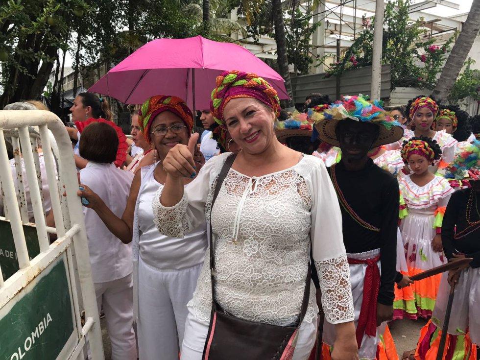 Grupos de danza fueron a despedir al papa al Aeropuerto Internacional Rafael Núñez.