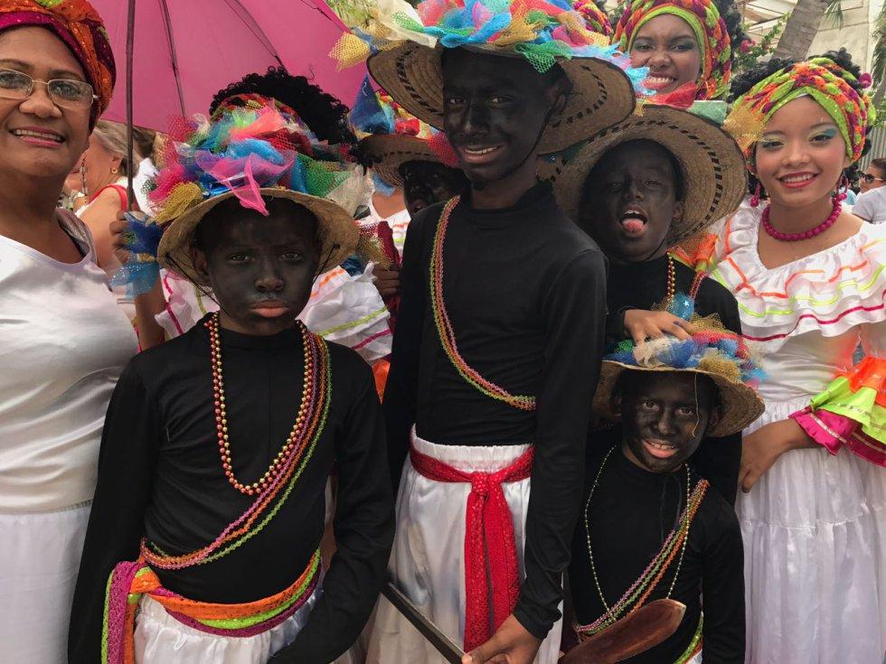 """Con el baile """"Son de negro"""", Colombia se despede del sumo pontífice."""