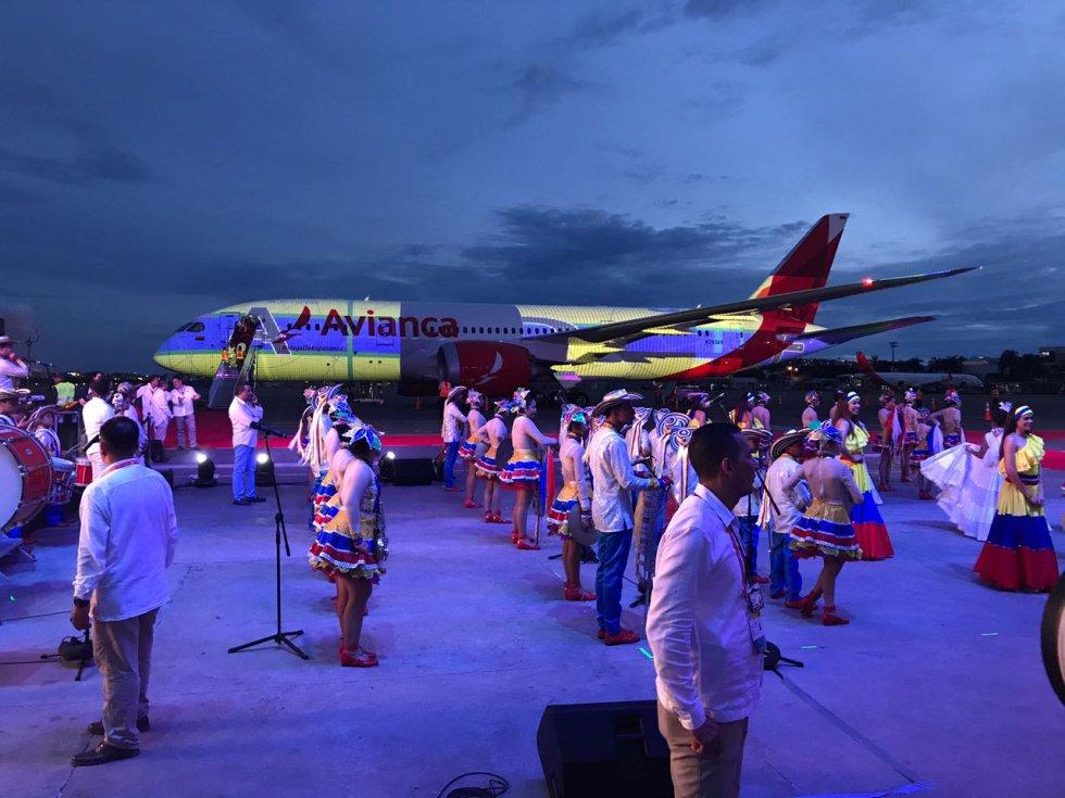 Los colores de la bandera de Colombia adornan el avión