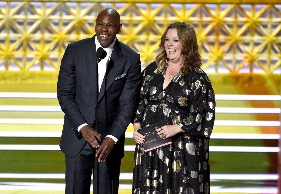 Dave Chappelle y Melissa McCarthy presentan el premio por la dirección excepcional por una serie de comedia
