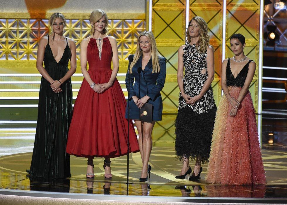 Shailene Woodley, Nicole Kidman, Reese Witherspoon, Laura Dern y Zoe Kravitz presentan el premio a la actriz destacada de reparto en una serie dramática