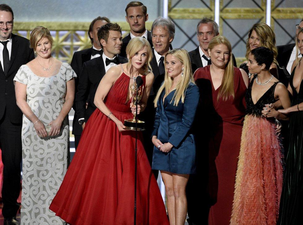 """Nicole Kidman, Reese Witherspoon y el elenco aceptan el premio a la serie limitada excepcional por """"Big Little Lies""""."""