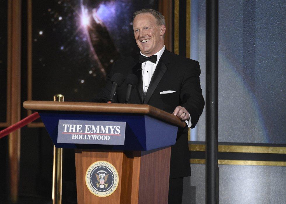 Sean Spicer apareció en los premios, quien se burló de sí mismo y de Trump.