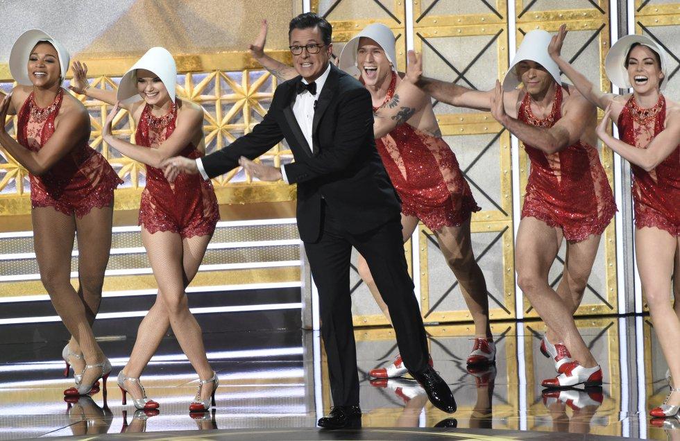 Stephen Colbert se presenta en los 69 Premios Emmy Awards