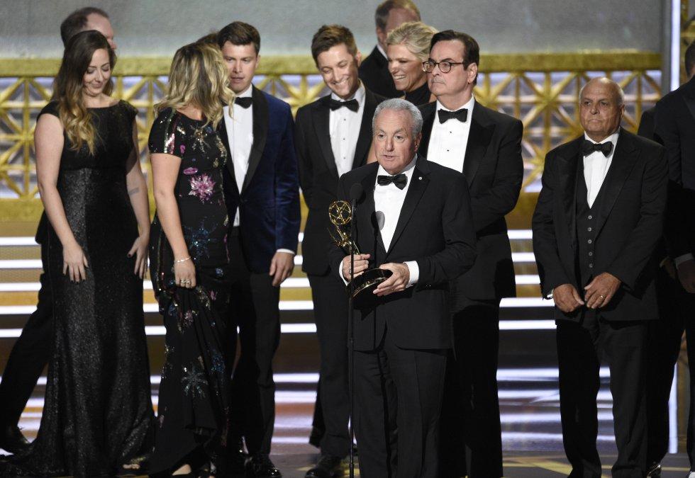 """Lorne Michaels y el elenco de SNL aceptan el premio a la destacada serie de esbozos de variedades por """"Saturday Night Live"""" en los 69 premios Primetime Emmy"""