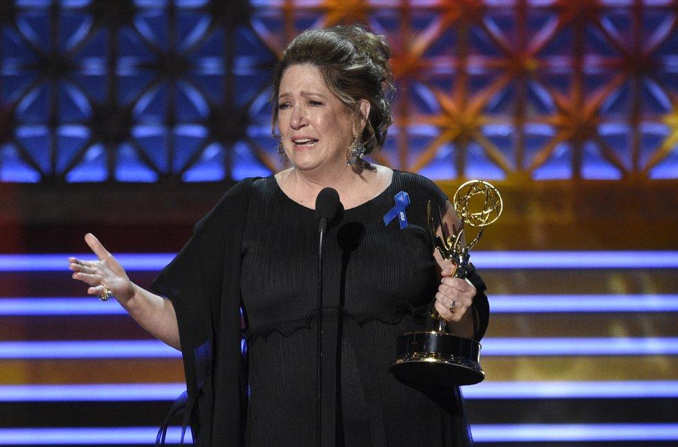 Ann Dowd ganó actriz de reparto de serie dramática con The Handmaid's Tale