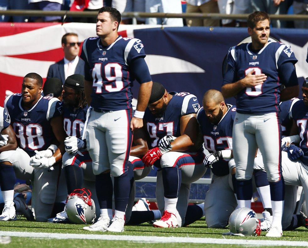 Donald Trump volvió a criticar a jugadores de la liga de fútbol americano (NFL) que ultrajan la bandera y el himno nacional en señal de protesta, y abogó por su despido o suspensión.