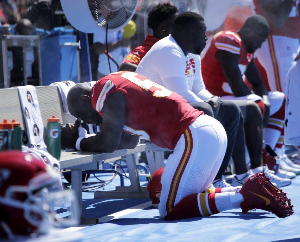 En reacción al presidente, numerosos jugadores de la NLF escucharon hoy antes de sus partidos el himno nacional bien con una rodilla en tierra, bien entrelazando sus brazos con sus compañeros, entrenadores y dueños de sus equipos en señal de unidad.