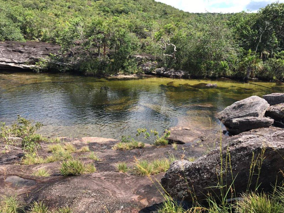 A Caño Cristales solo se puede llegar caminando. Una travesía que incluye paisajes imponentes, afloramientos rocosos y vegetación exótica.