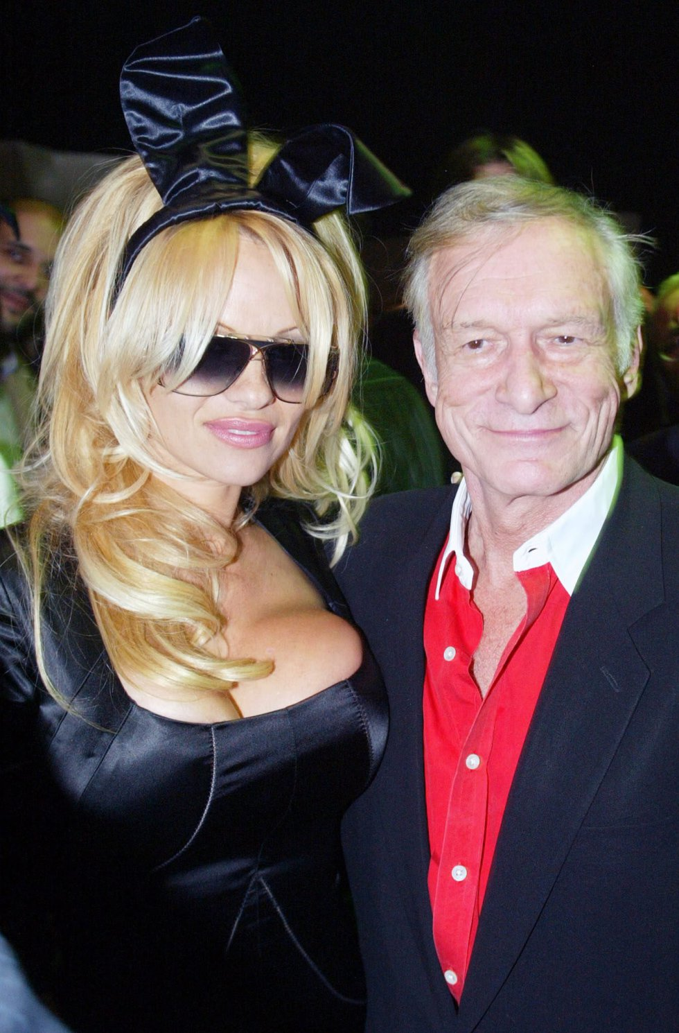 """Conocido por sus fiestas salvajes llenas de """"conejitas"""" en la Mansión Playboy y su vida estrafalaria rodeado de mujeres mucho más jóvenes que él, Hefner se casó tres veces y tuvo cuatro hijos."""