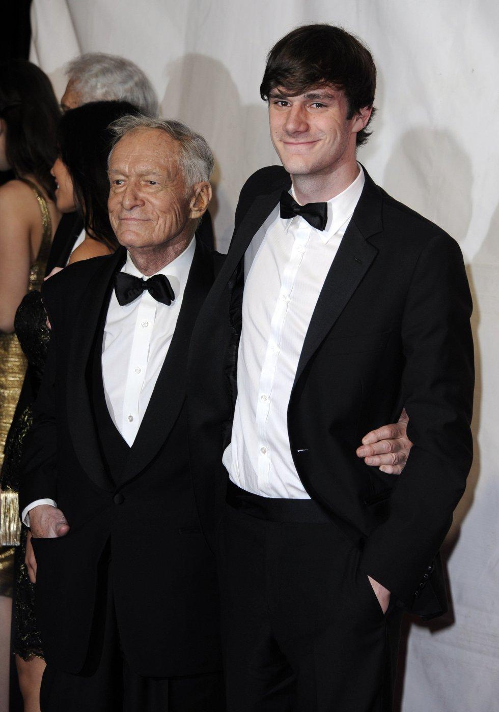 Hugh Hefner junto a su hijo Cooper Hefner a su llegada a la gala MusiCares Persona del Año 2017, en honor a Paul McCartney, en Los Ángeles, Estados Unidos.