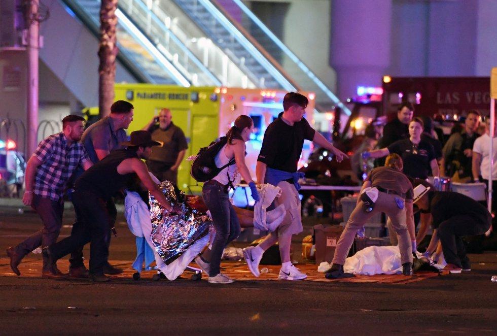El jefe de la Policía Metropolitana de Las Vegas indicó que el presunto autor del tiroteo, que llevó a cabo su ataque desde el piso 32 de un hotel cercano, ha sido identificado.