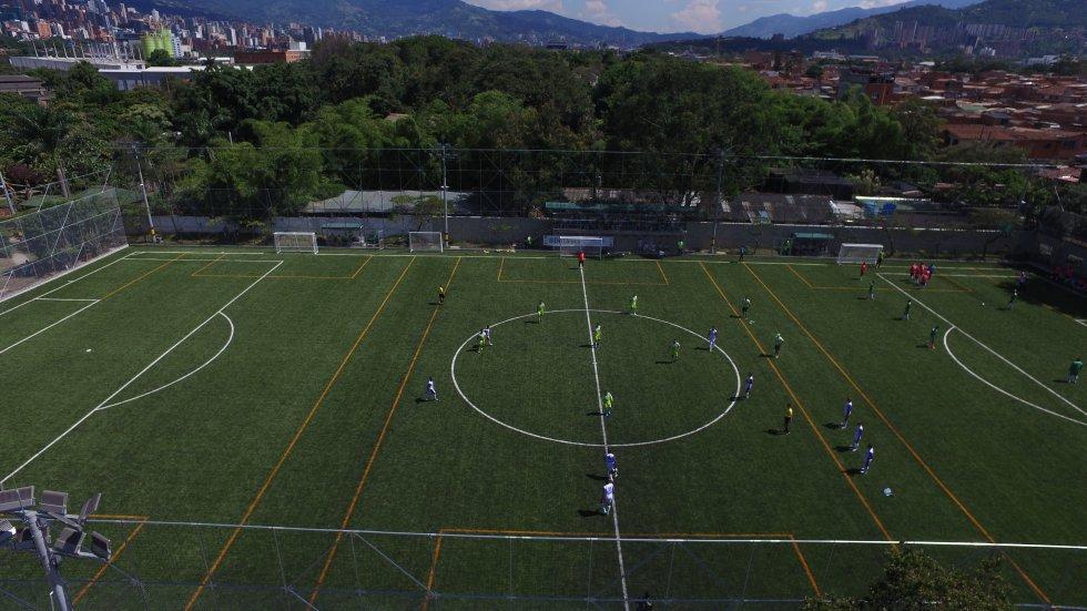Cancha sintética de fútbol, la cual tiene la posibilidad de ser divida en tres chanchas para la práctica de fútbol 7.