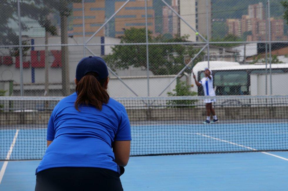 Zonas externas con adecuación para canchas de tenis de campo.