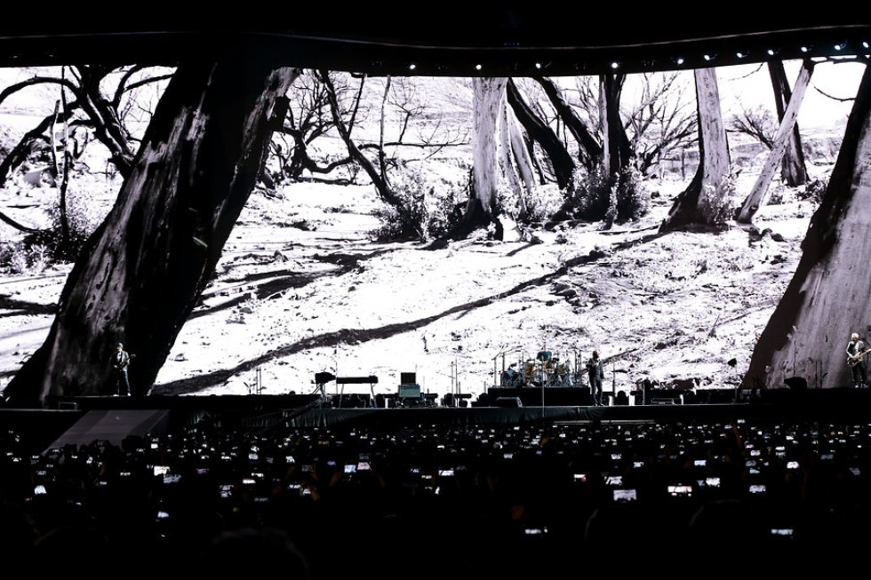 La presentación estuvo apoyada de una pantalla que proyectaba diferentes escenarios.