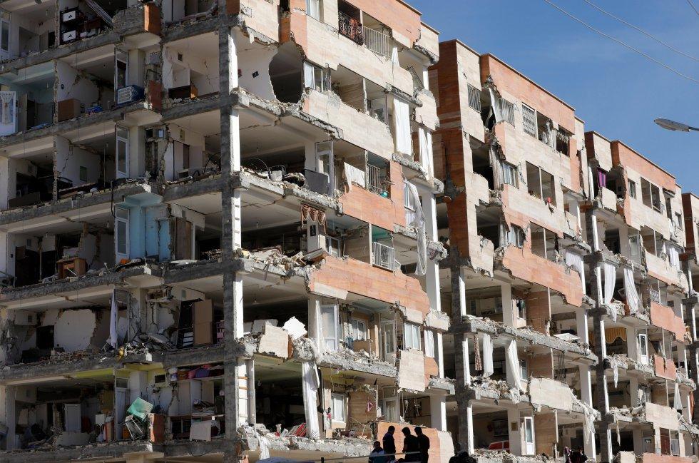 Edificios convertidos en escombros, vehículos aplastados, campamentos improvisados para los damnificados y comercios y escuelas cerrados