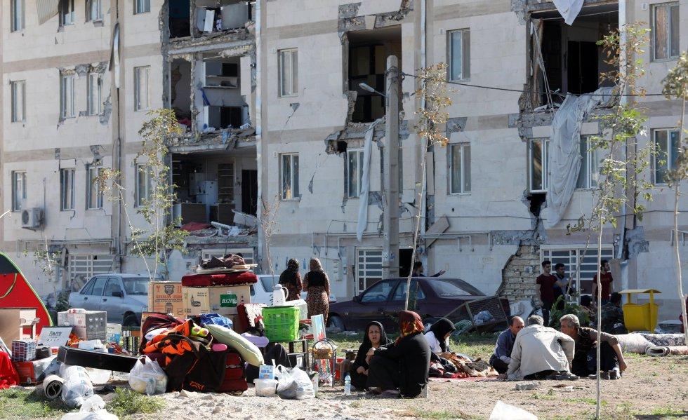 Cientos de personas esperaban con angustia noticias de sus allegados, desaparecidos desde que anoche la tierra tembló.