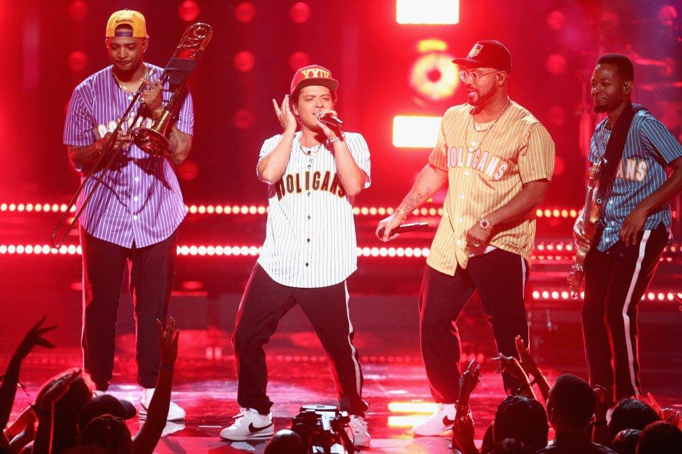 El cantante estadounidense, Bruno Mars, arrasó en los AMAs 2017 y se llevó 7 premios, video del año con 'That's What I Like', mejor canción de soul-R&B con por 'That's What I Like'.