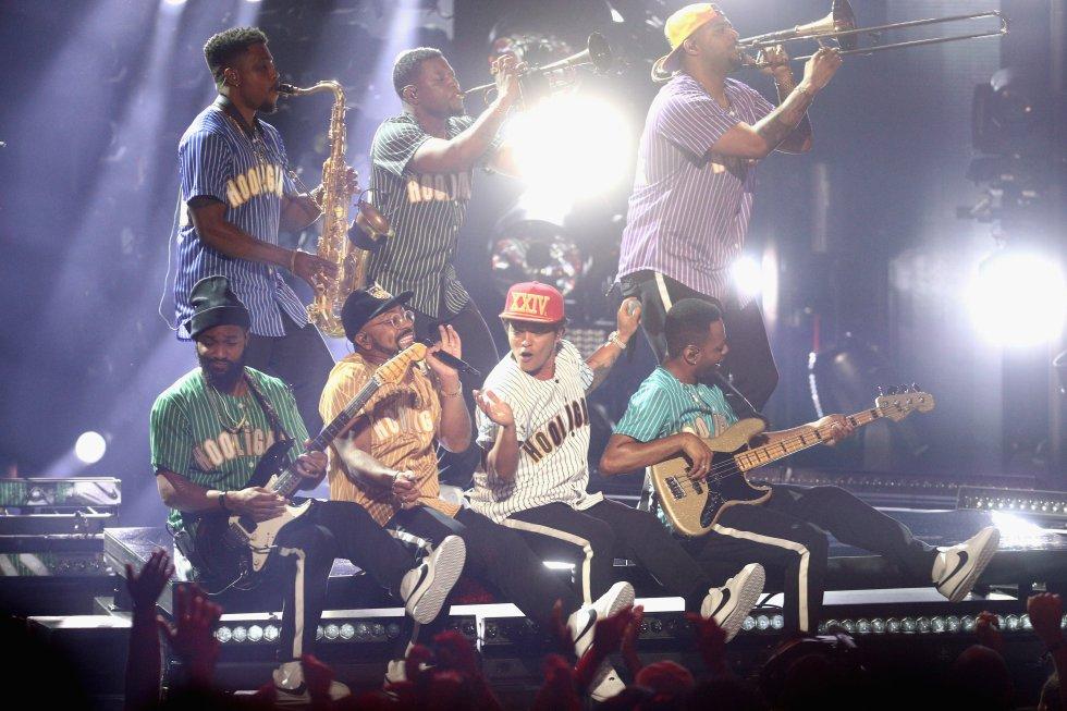 Bruno fue reconocido con algunos de los mejores premios de la noche, poseedor del mejor álbum de soul-R&B y mejor álbum pop-rock, ambas con '24K Magic', mejor artista masculino de soul-R&B, mejor artista masculino de pop-rock y artista del año.