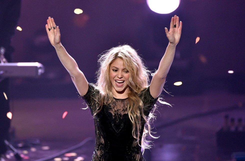 La colombiana Shakira se llevó el importante premio de mejor artista latino, ganándole a los nominados: Luis Fonsi y Daddy Yankee.