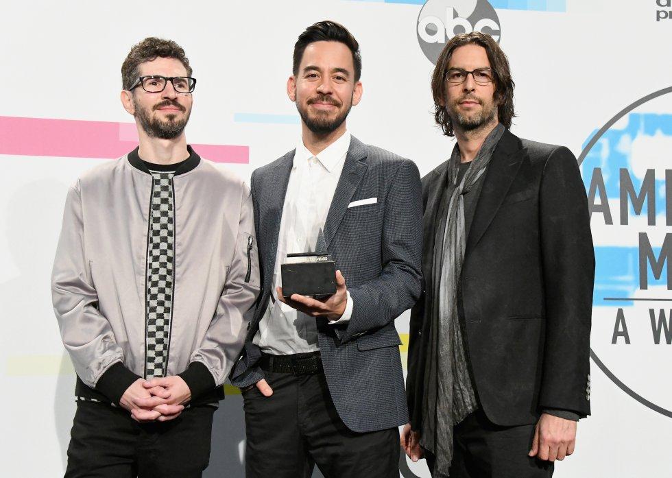Brad Delson, Mike Shinoda y Rob Bourdon de la banda Linkin Park ganaron el premio al artista favorito de rock alternativo, por sobre Imagine Dragons y twenty one pilots.