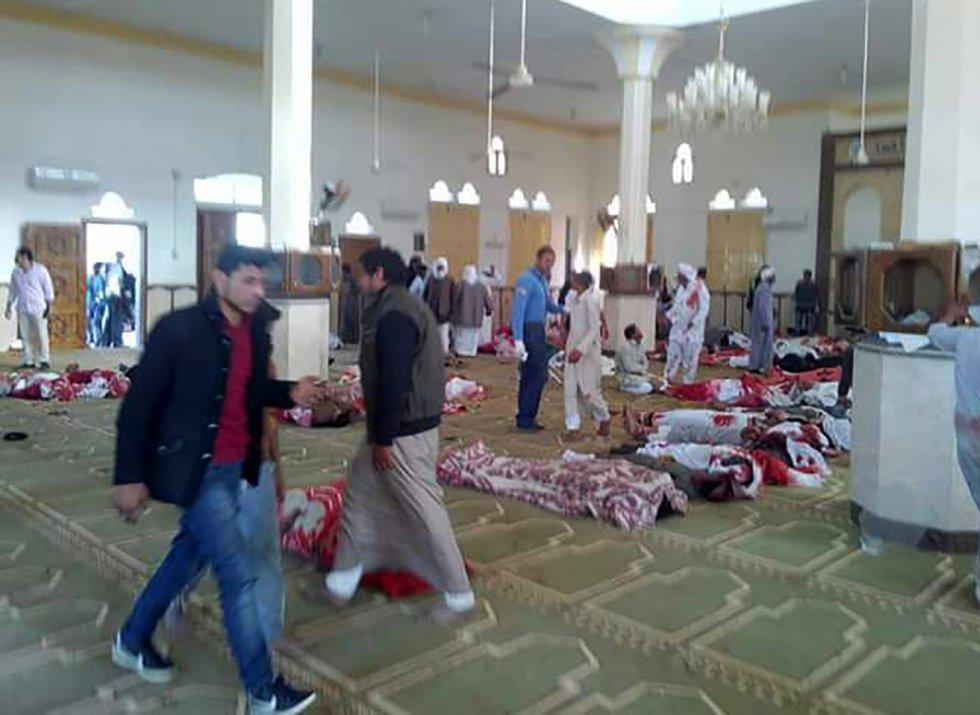 Los atacantes colocaron artefactos explosivos de fabricación casera alrededor de la mezquita Al Rauda