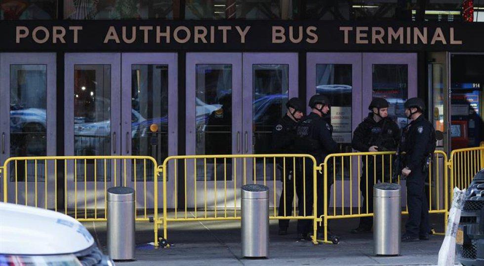 El departamento de Bomberos confirmó que otras cuatro personas resultaron heridas a causa de la explosión pero se encuentran fuera de peligro.
