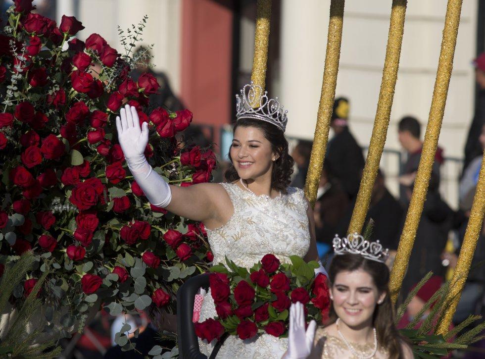 La reina de la 129° edición del Desfile de Las Rosas, Isabella Marie Marez, saluda a la multitud durante su recorrido por Colorado Boulevard