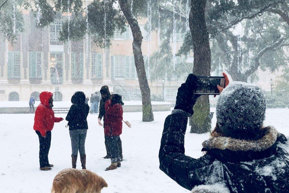 Estudiantes fotografían la estampa inusual en la Universidad de Charleston en Carolina del Sur, Estados Unidos