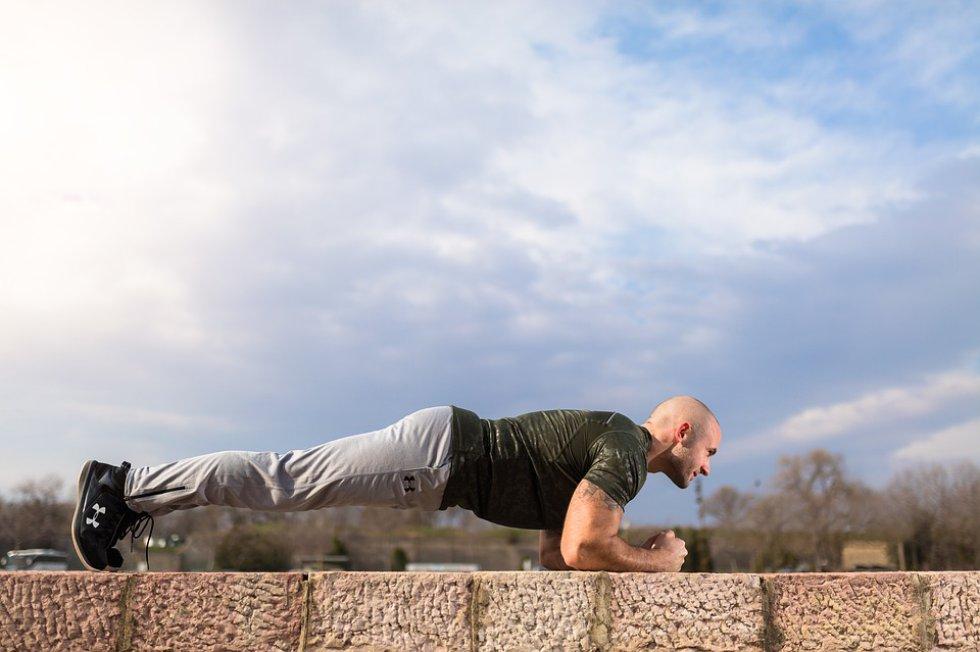 Plancha, la escuela de medicina de Harvard recomienda este ejercicio en lugar de los abdominales.