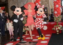 Katy Perry presenta a Minnie Mouse en el Paseo de la Fama de Hollywood