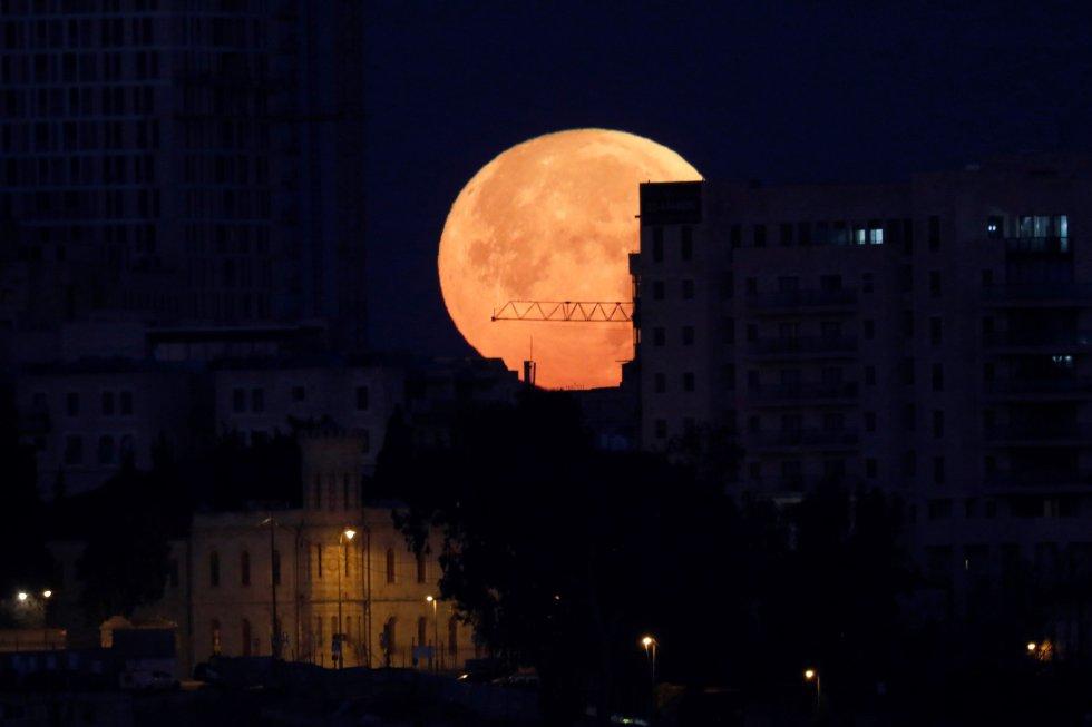 Millones de personas aguardan al eclipse total de la llamada superluna azul