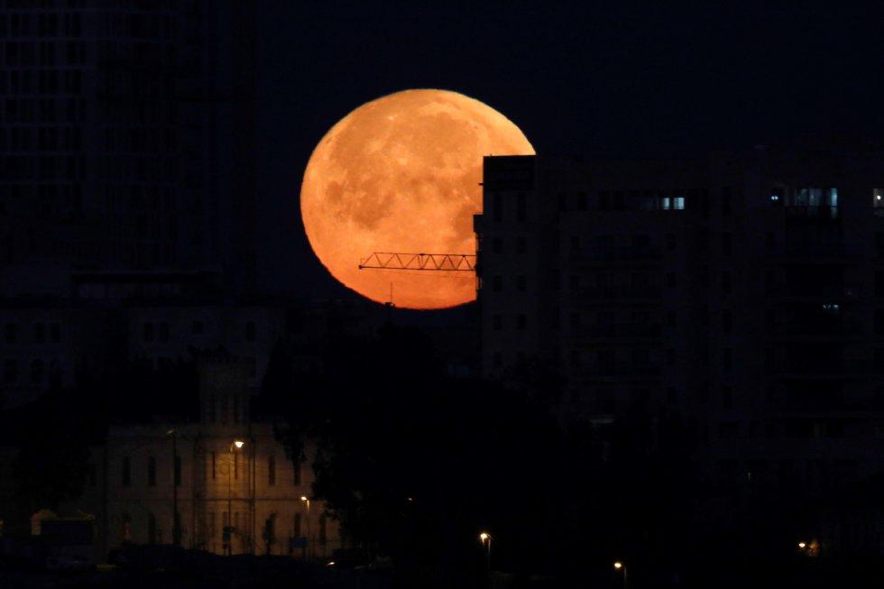 Los eclipses lunares ocurren cuando la Tierra se encuentra entre el Sol y su satélite