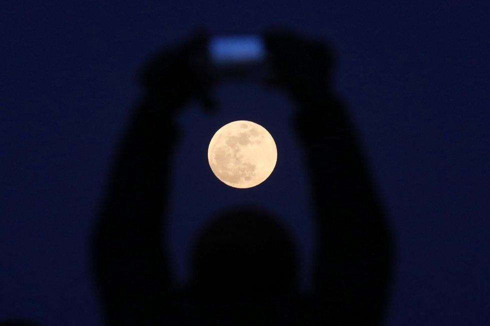 Esto ocurre porque la Luna refleja la luz roja del Sol refractada por la atmósfera terrestre, que solo filtra los componentes azules.