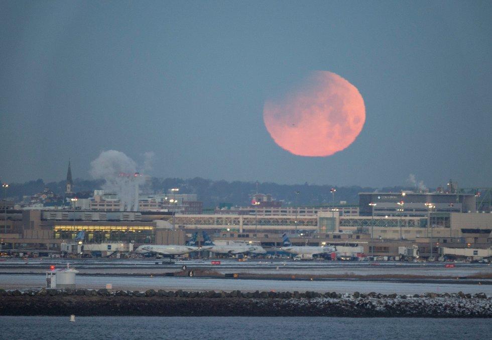 La llamada superluna azul, en lo alto del cielo de la ciudad de Boston, Estados Unidos