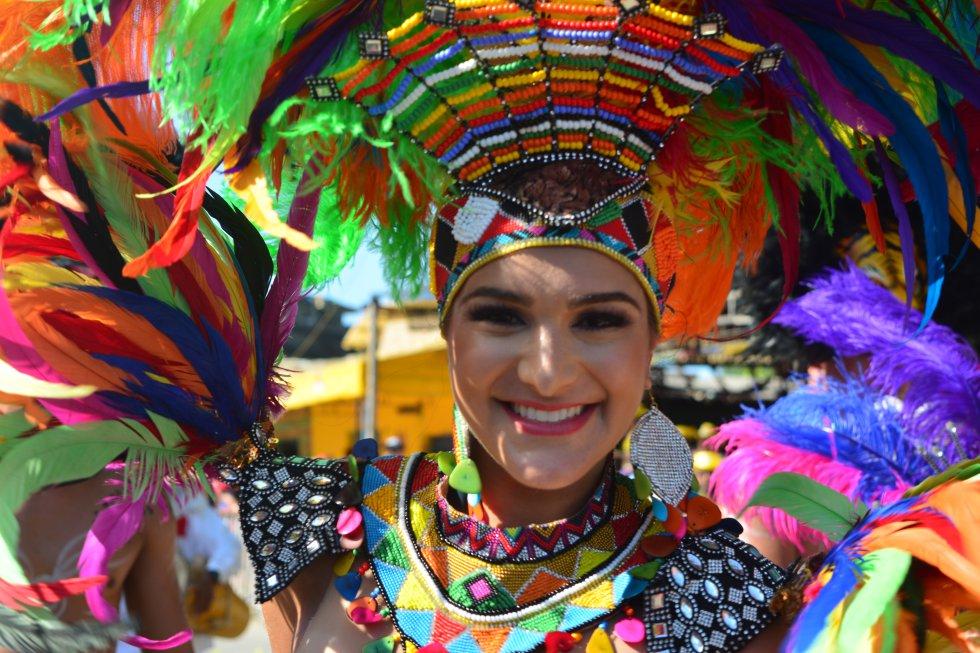 El desfile inició al mediodía de este domingo y fue liderado por la soberana de las fiestas, Valeria Abuchaibe, a quien los carnavaleros han destacado su entrega y humildad con el pueblo barranquillero.
