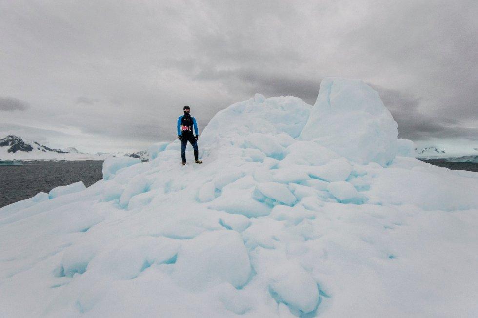 Orlando Duque: En imágenes: el salto de Orlando Duque desde un iceberg en la Antártida