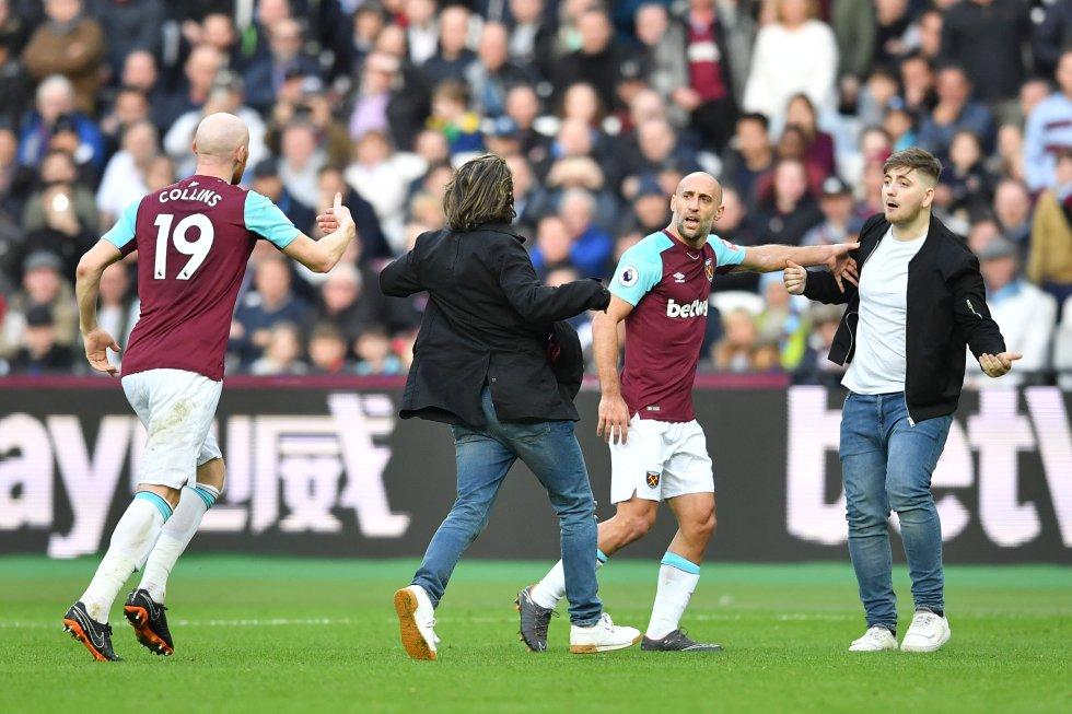 Hinchas del West Ham invaden la cancha y le protestan a los jugadores