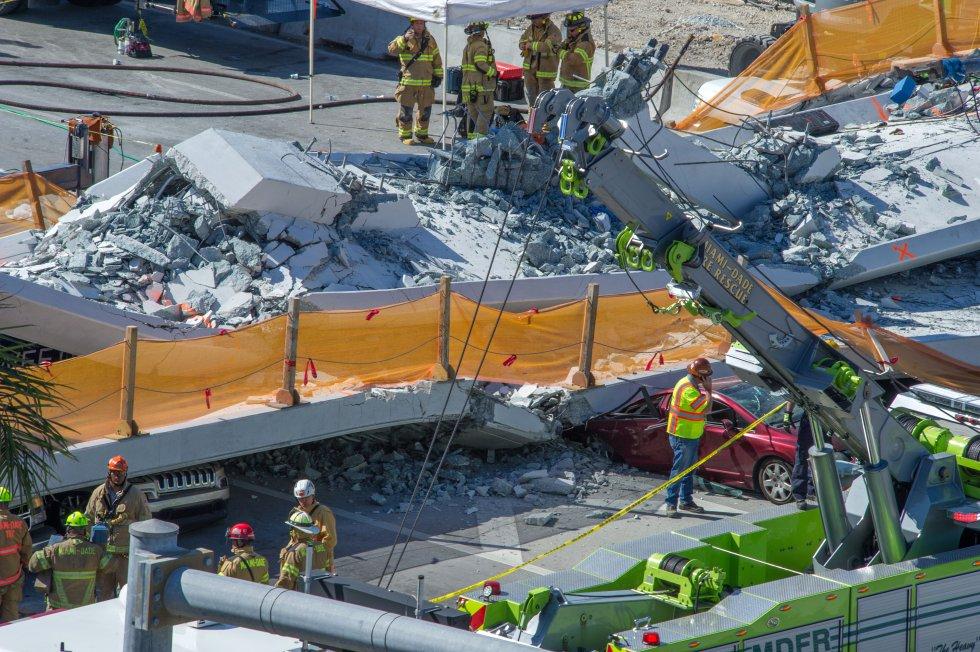 """indicó que son """"múltiples"""" y que hay al menos ocho vehículos atrapados bajo los escombros."""