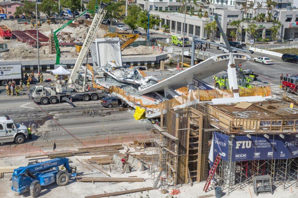 El puente, todavía en construcción, se desplomó por causas que aún se desconocen sobre la conocida Calle Ocho a la altura de la Avenida 109.