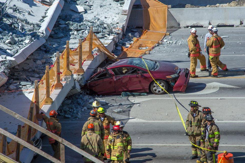 """Bomberos trabajan para """"asegurar la estructura"""" mientras prosigue la búsqueda de personas entre los escombros."""