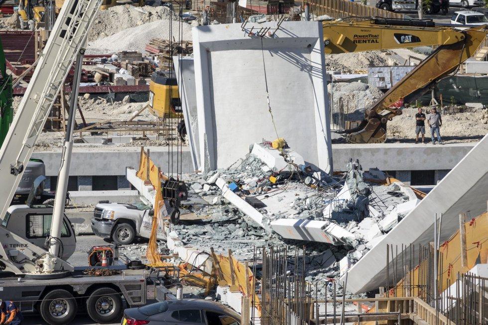 La obra del puente, que estaba previsto que pudiese soportar fuertes vientos durante los habituales huracanes que se viven en el sur de Florida, se aceleró después de que el pasado verano muriese atropellada una estudiante al cruzar la calle Ocho.